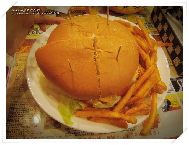 員林美食餐廳》FEEDME美式餐廳(以更改為博格星)。誇張漢堡比我臉還大,我的大餅臉輸了。員林漢堡店/員林寵物友善餐廳/員林美食/員林餐廳